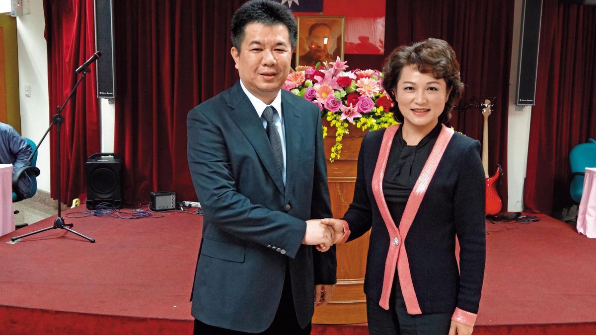 嘉義市議長蕭淑麗(右)回農會參加農民節表揚大會,總幹事黃騰輝(左)也特別合影留念。(聯合知識庫)