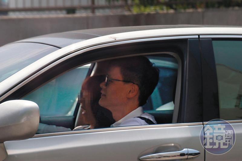 10/01 11:45,曹合一(右)在車上與女密友(左)開心聊天,彷彿忘了已婚身分。