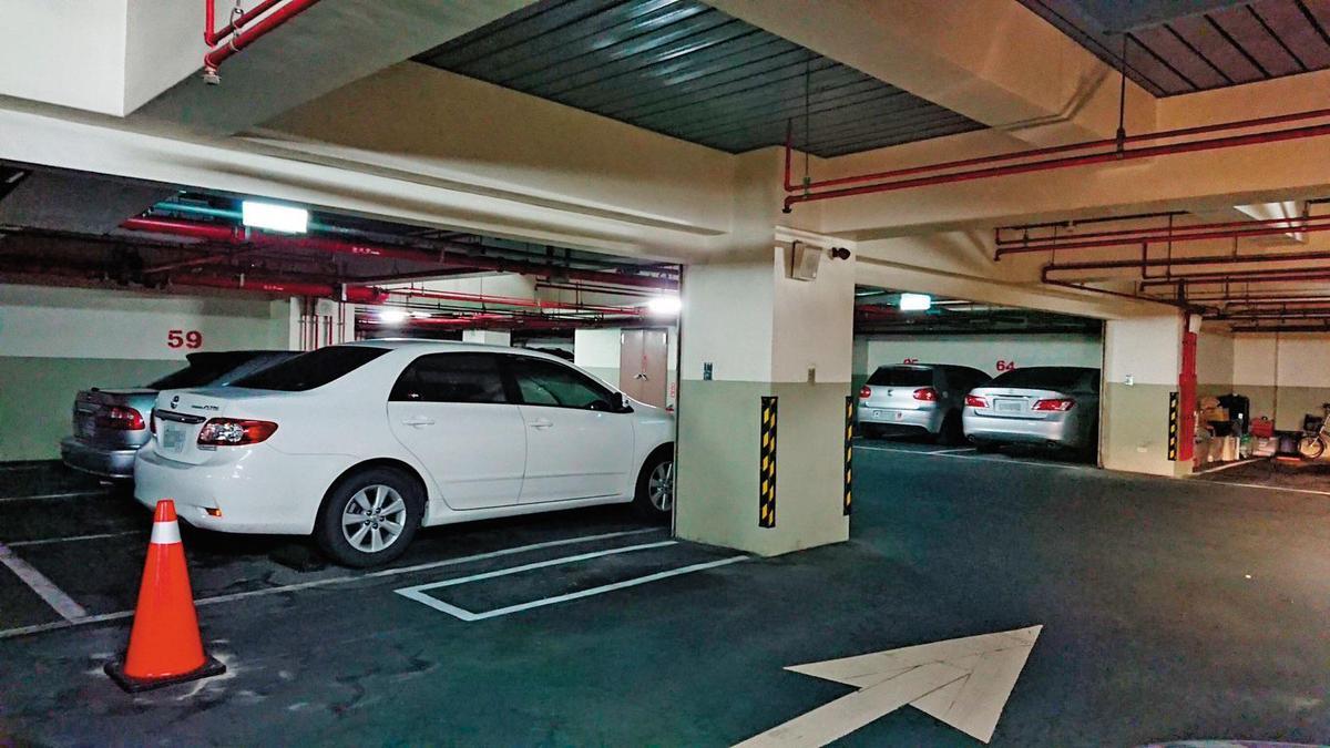 曹合一的座車經常停放在女密友的社區地下室,他的座車後方停的正好是女密友的車子。