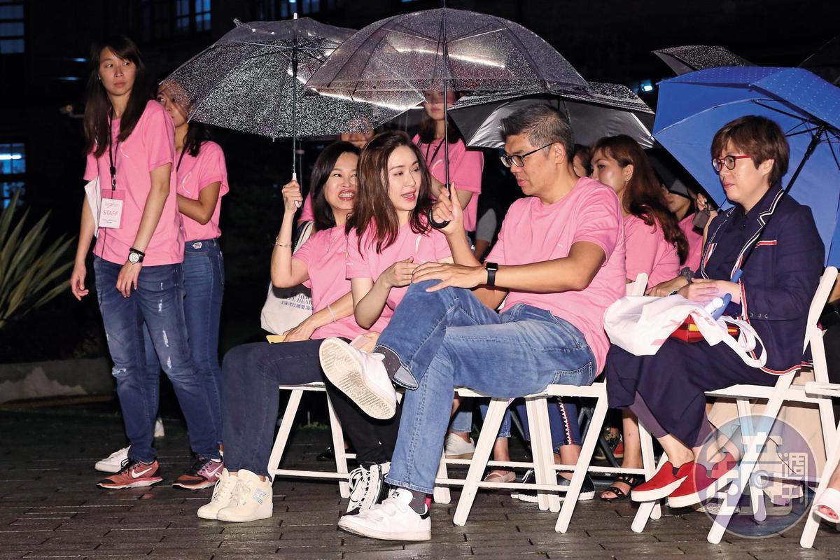小雨傘能夠遮的範圍有限,只見大塊頭的連勝文,把傘下大部分空間都讓給了蔡依珊,顯現「我爸連戰」的護妻之道。