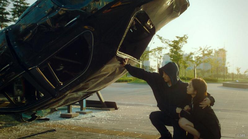 李帝勳徒手擋車的帥勁,被網友封為「2018都敏俊」。(KKTV提供)