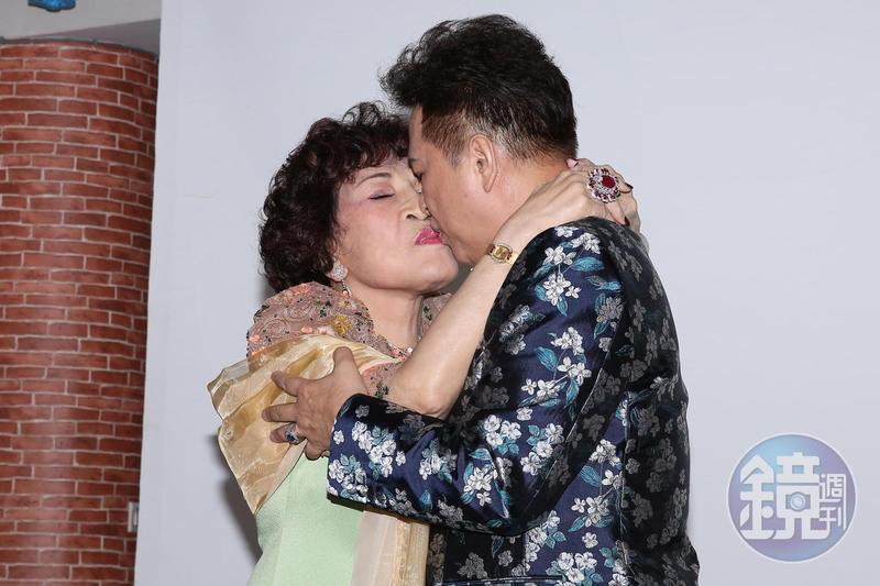 周遊和李朝永不斷地秀恩愛當眾接吻。