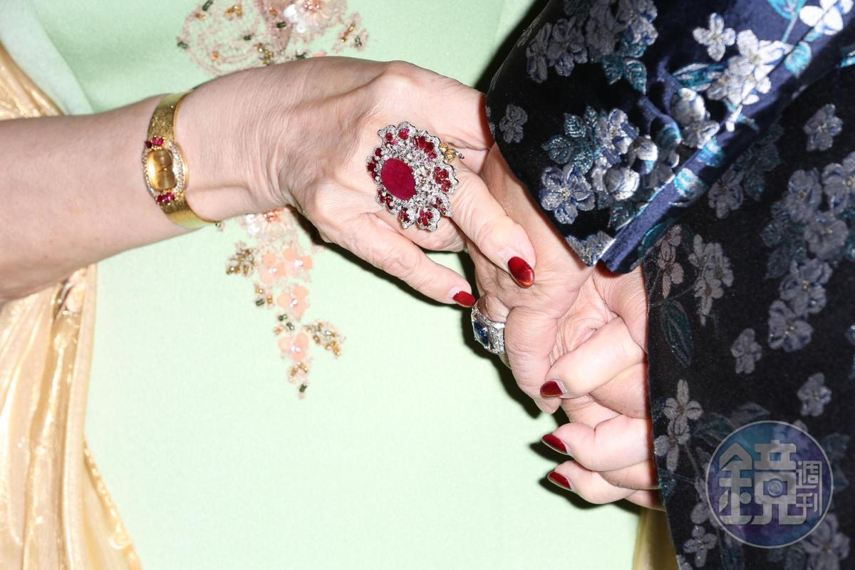 周遊秀出紅寶石大戒指,貴氣十足。