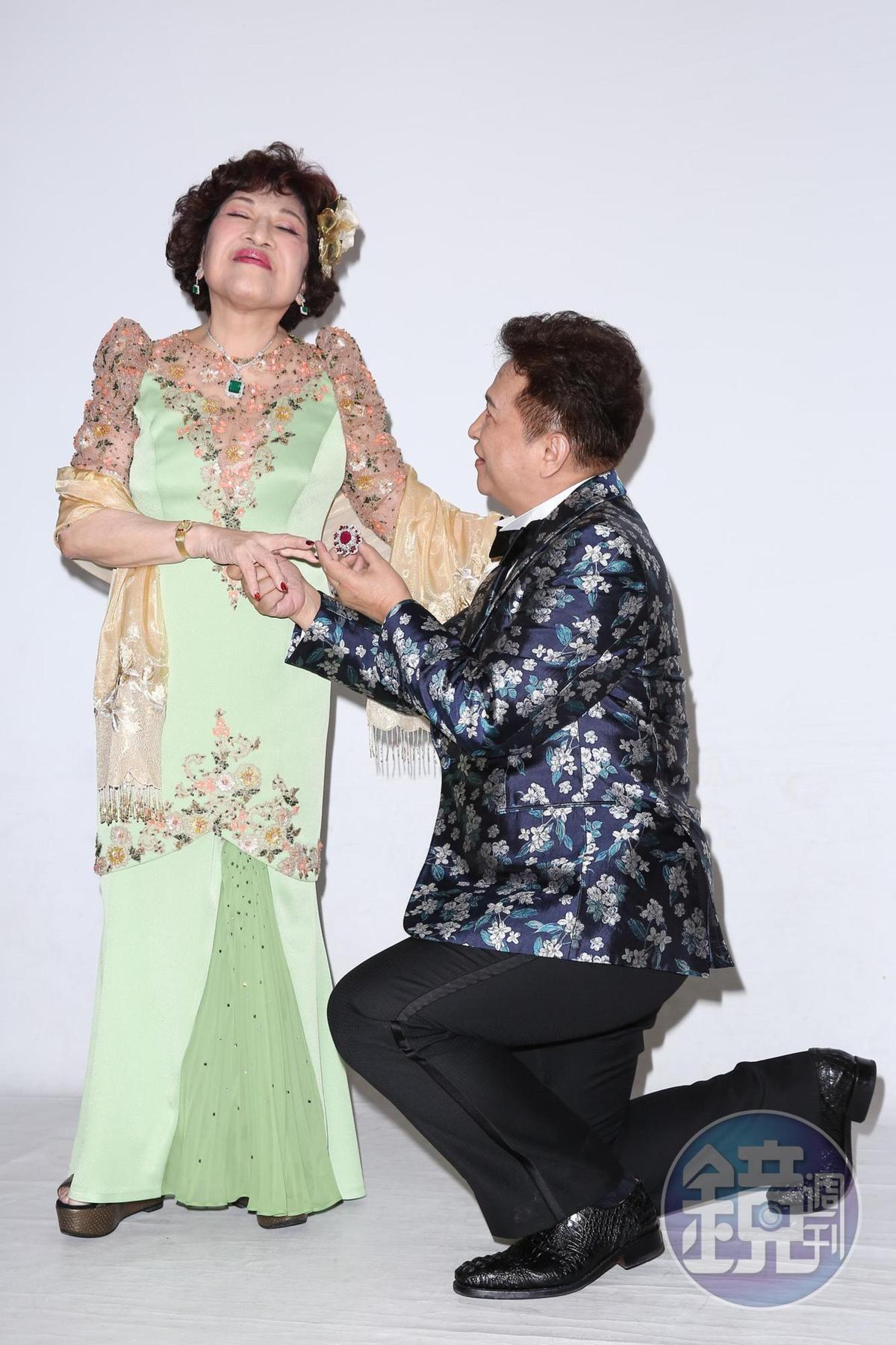 雖然早就是老夫老妻,但李朝永下跪做出求婚貌,周遊仍是羞答答。