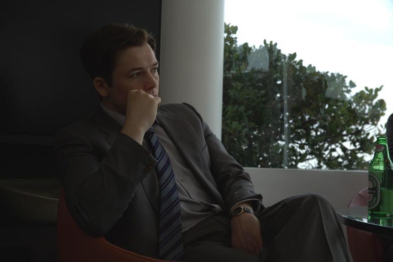 「蛋蛋」泰隆艾格頓從特務變身金融詐騙犯,吸金富二代用他們的錢來揮霍。(甲上提供)