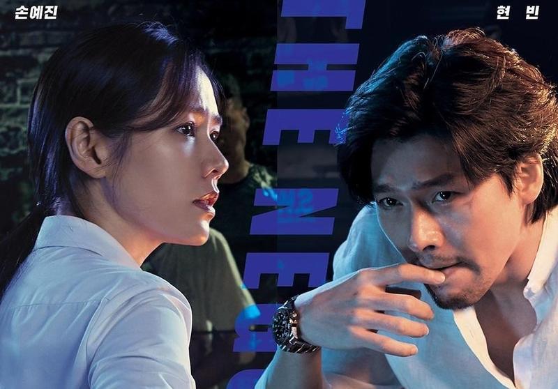 炫彬(右)、孫藝真首次大銀幕交手,展開綁匪與談判專家的鬥智對決。(CJ娛樂提供)