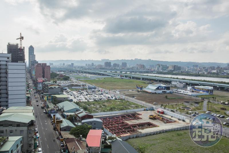 市中心土地愈來愈貴,加上政府給予建商容積獎勵,促使建商紛紛往市區外圍發展建設重劃區。