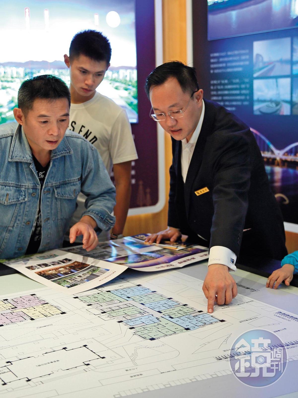 民眾看屋時,建議多跑幾家接待中心,了解各個建案的行情與細節。