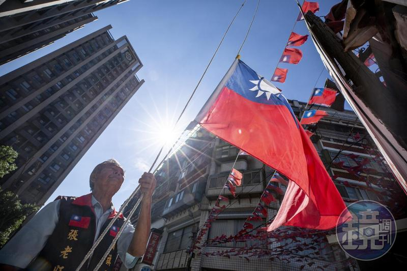 國屋旗外牆就設有升旗台,張老旺表示偶爾有教師帶學生參觀,他就會現場升旗。