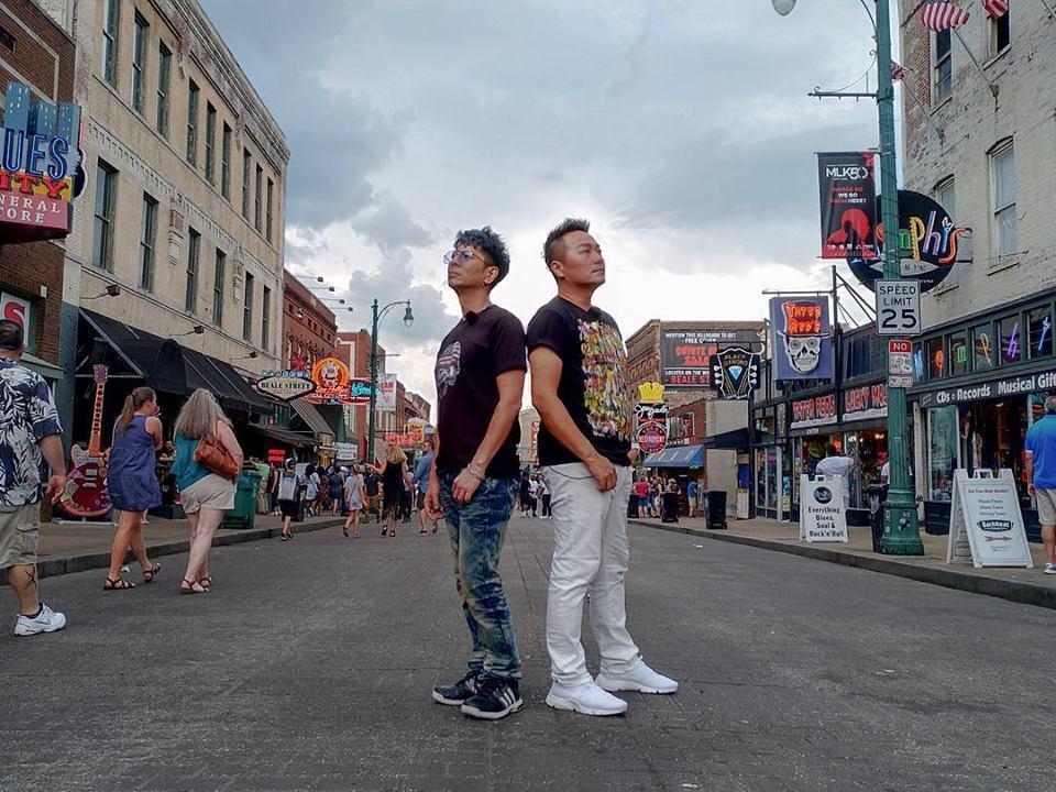 張克帆與荒山亮前往美國等多國拍攝節目,在各地跟不同國藉、年齡的音樂人互相交流。(翻攝自星勢力娛樂股份有限公司臉書)