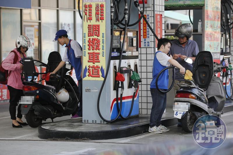 依照浮動油價估算,原先本週汽、柴油價格每公升應大漲1.2元,但因凍漲下週油價將不做調整。