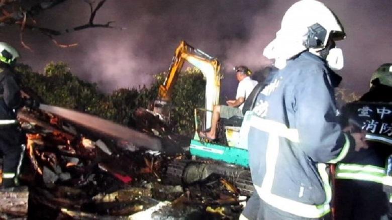 豐原豬舍火災,消防局出動消防人員及怪手等到場灌救。(消防局提供)