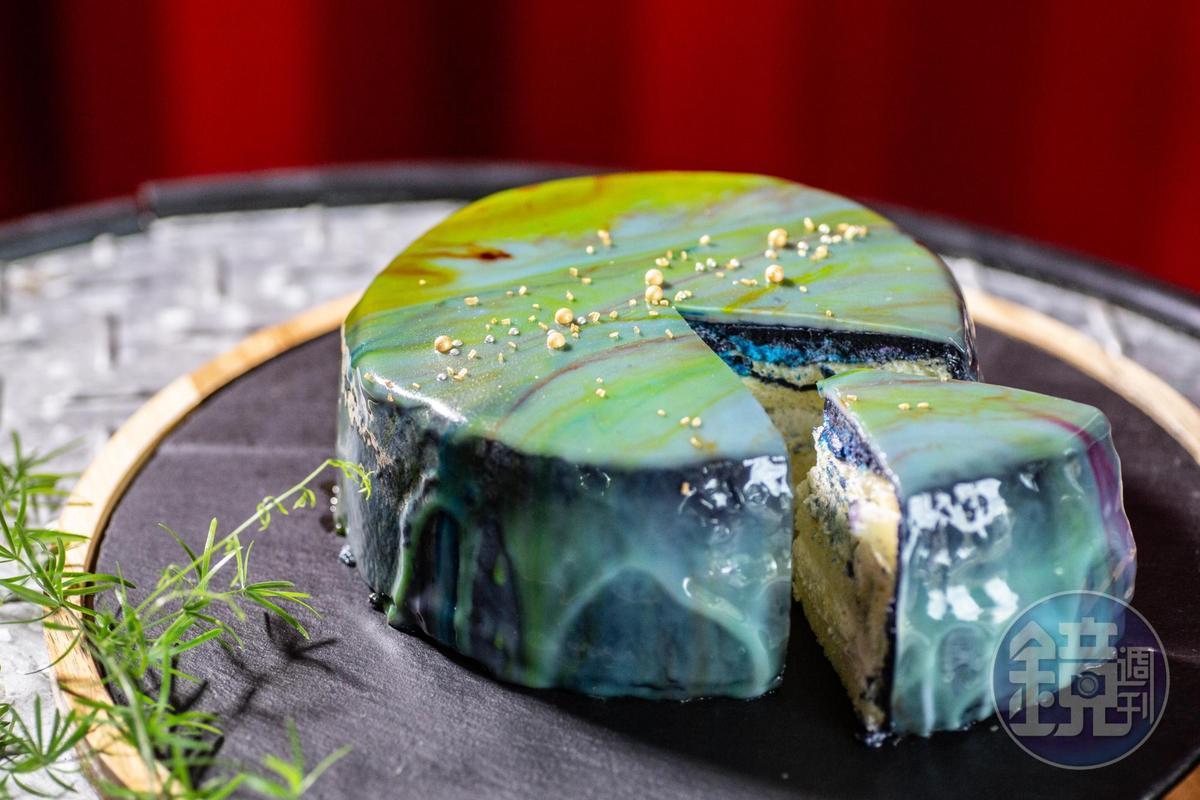 「大理石鏡面星空蛋糕」灑落夢幻星點,蛋糕體細緻,銀河化在舌尖,妙不可喻。(600元/6吋,90元/片)