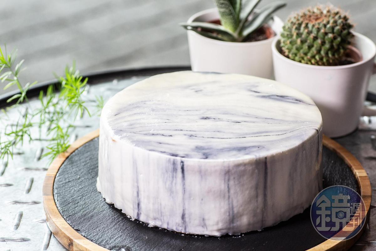 這一款冷色系的鏡面蛋糕,染上夜空神祕感。(600元/6吋,90元/片)