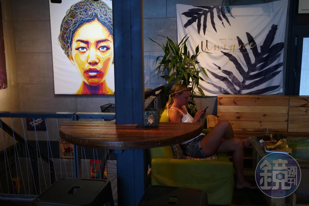外國旅人愜意窩在咖啡館。