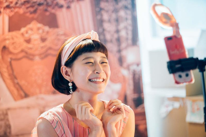 直播秀中,江沂宸最愛全身粉紅的造型。(公視提供)