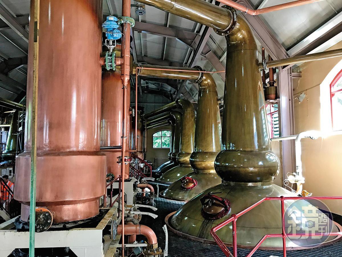 酒廠內有5對蒸餾器(5支初餾、5支再餾),圖中左側圓柱狀為冷凝管。