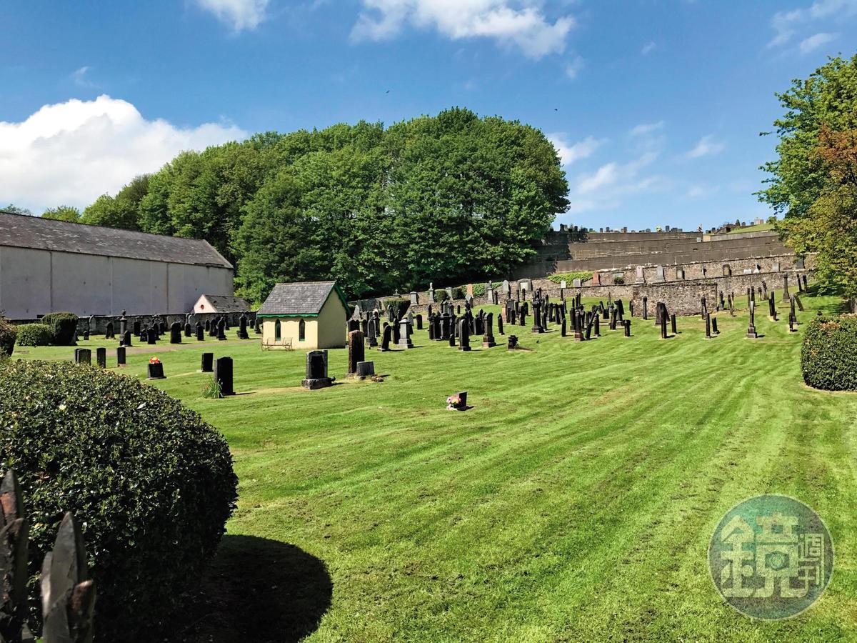 路思小鎮知名的墓園,位於酒廠與品飲室的必經道路上,鎮上名人都葬於此。