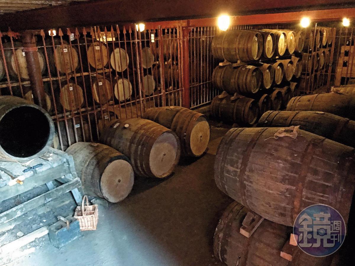 愛丁頓將酒廠收回來後,首席釀酒師Gordon Motion盤點格蘭路思窖藏,意外發現有9成以上的雪莉桶庫存,其中逾8成是初次雪莉桶。