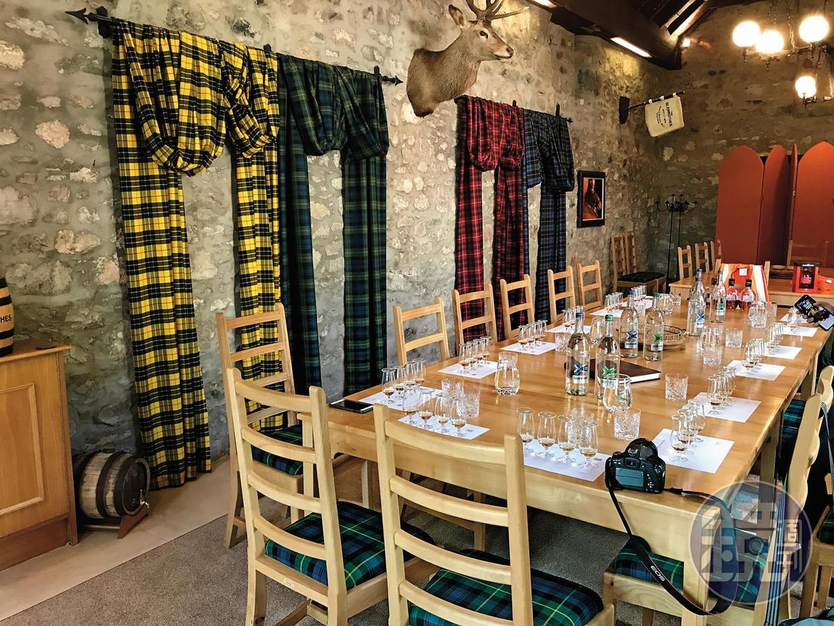 品飲室的牆上,掛滿了代表蘇格蘭家族精神的不同顏色格紋。