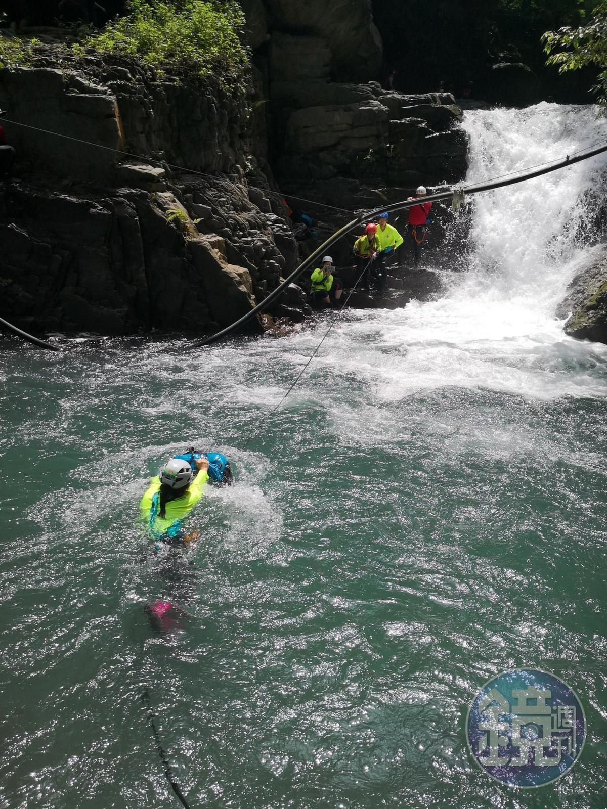 溯溪的深潭橫渡,也是課程體驗之一。
