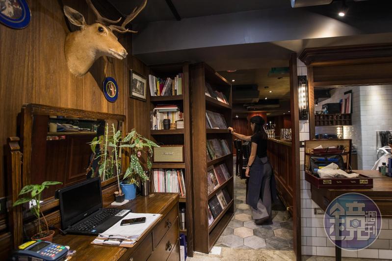 推開髮廊裡的書櫃,後頭竟藏著一個可以大口吃肉喝酒的酒吧。