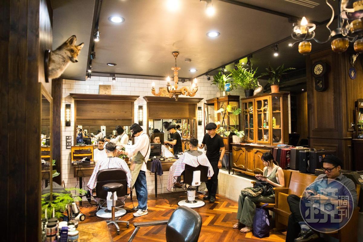 晚上7點後,客人可以一邊剪髮,一邊喝調酒、吃美食。