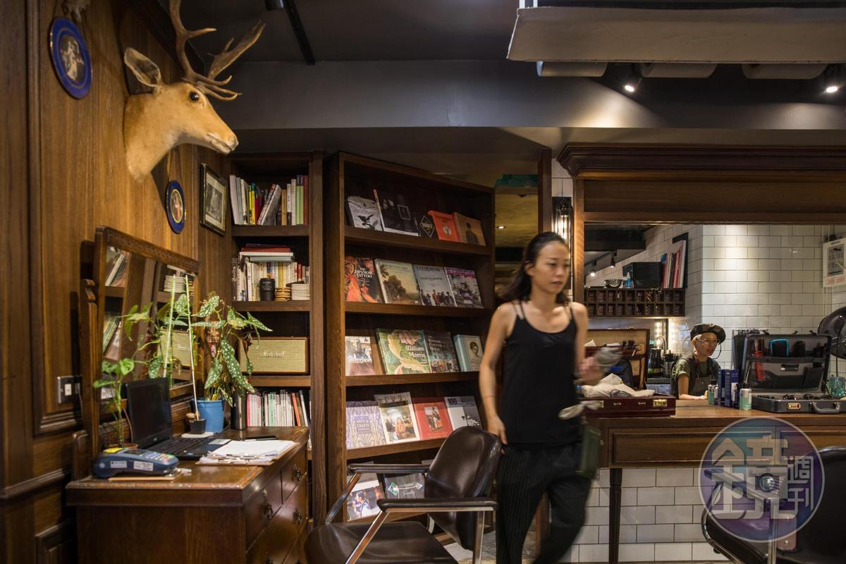 髮廊與酒吧僅有一面書櫃之隔。