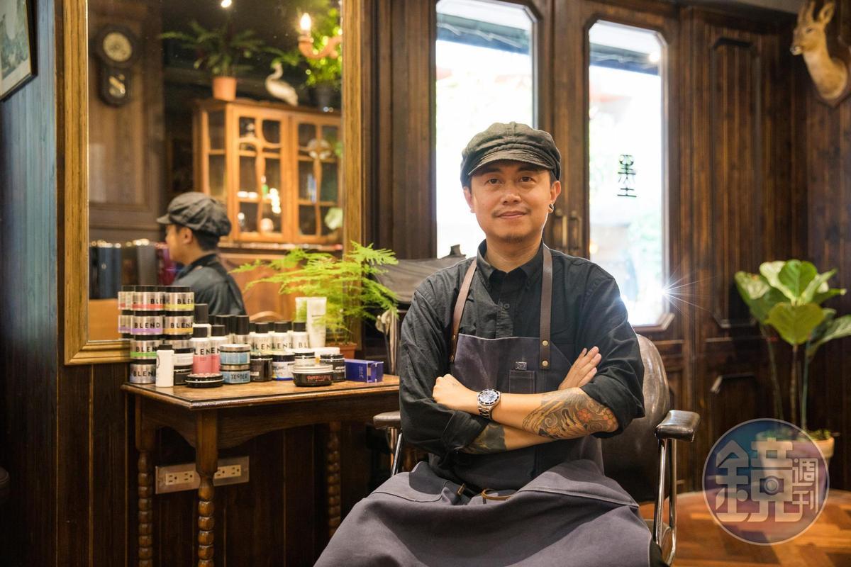 負責空間設計兼髮型師的Blue,相當喜歡紳士文化,於是將髮廊結合酒吧。
