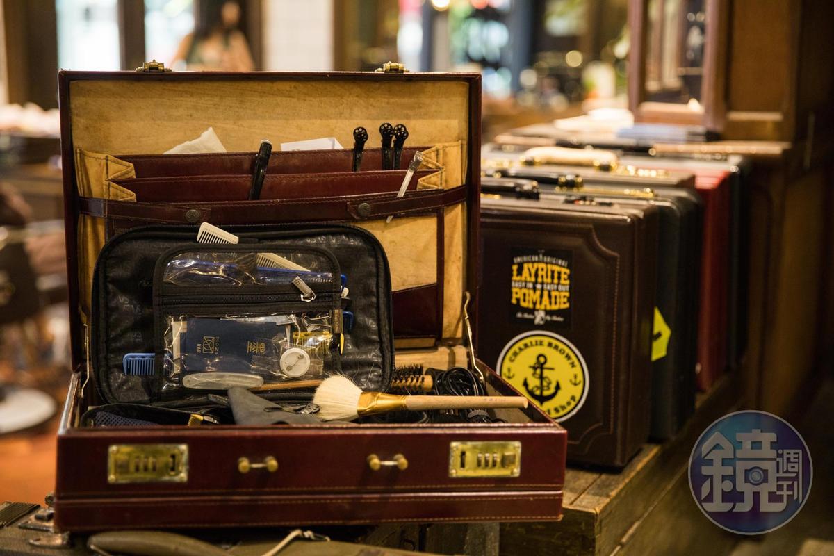 髮型師的工具都以復古皮箱收納,成了一種擺飾。