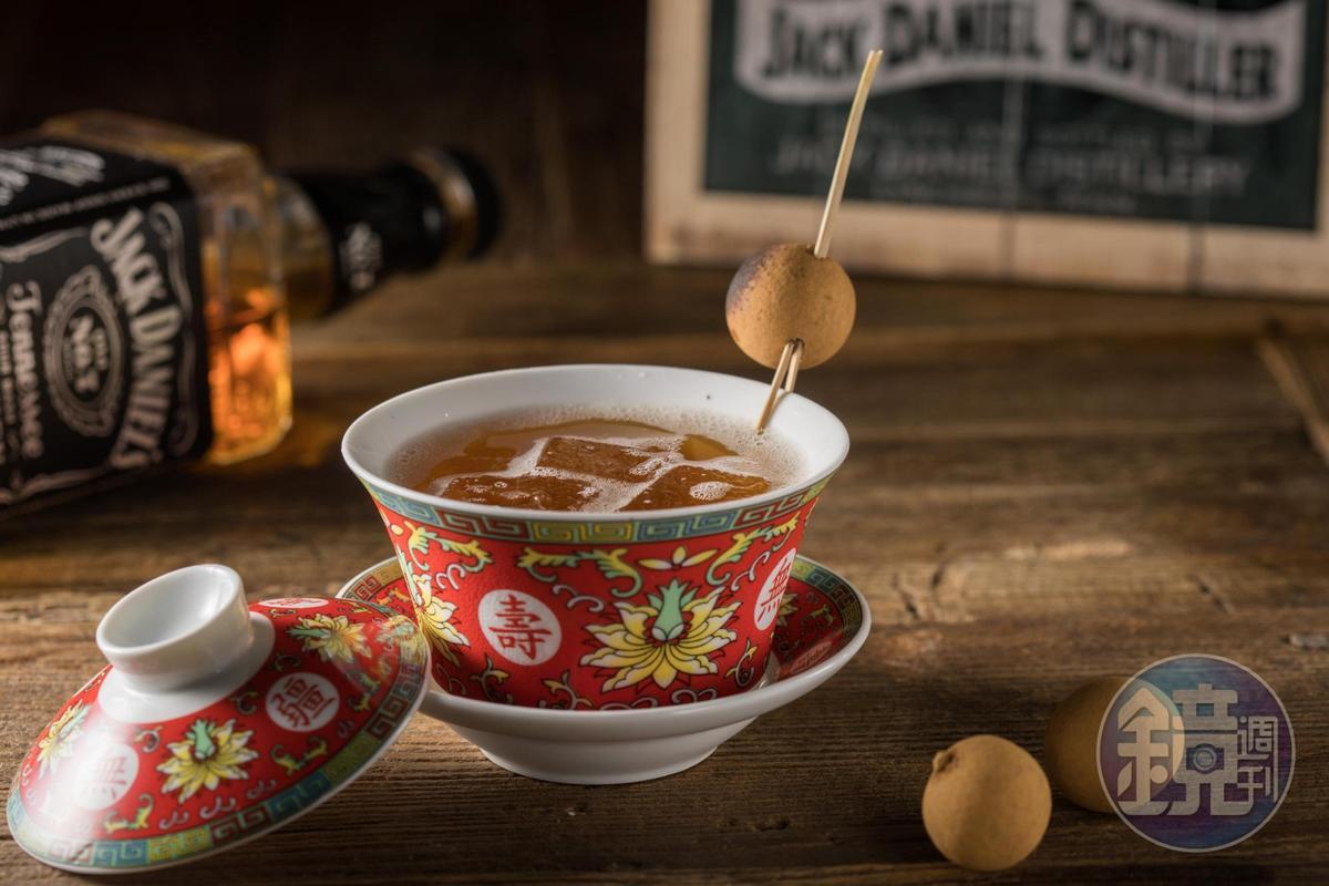「中國城惡棍」以烏龍茶、波本威士忌和杏仁酒調成,穀物甜味明顯,尾韻有煙燻烏梅的香氣。(400元/杯)