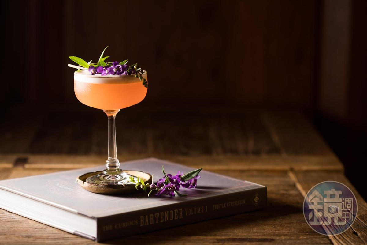 翻玩經典酒款Negroni的「尼格羅尼酸酒」,把Campari苦酒換成Aperol香甜酒,成熟苦韻變得淡雅浪漫。(350元/杯)