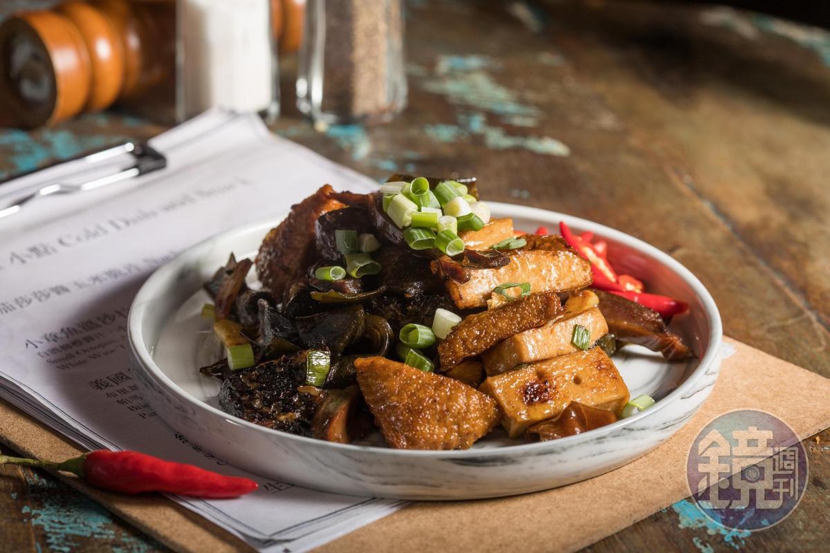 人氣最高的「墨子炒滷味」,是將自製滷味用蒜頭、香油爆炒出鑊氣,配生辣椒吃,辛香下酒。(300元/份)
