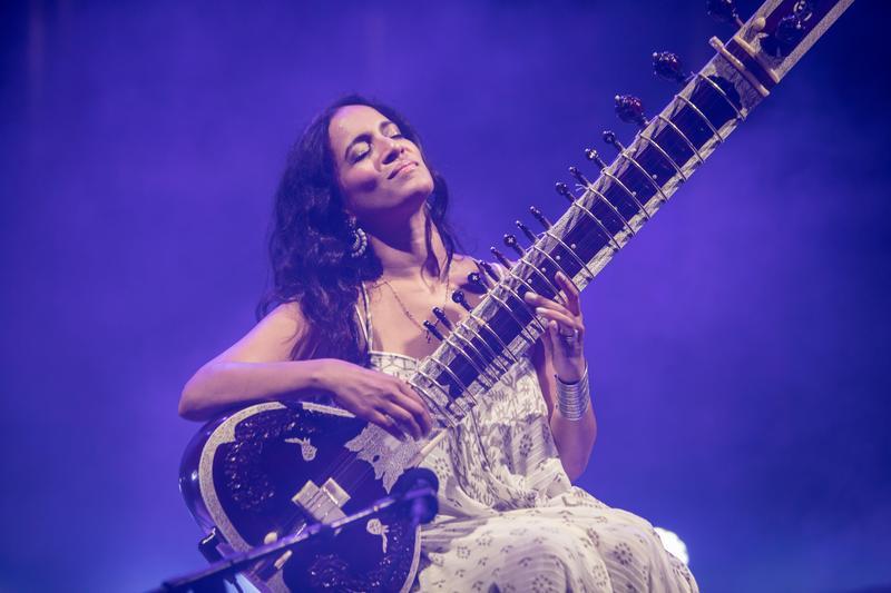 印度西塔琴創作樂手安努許卡香卡今年將出席「Le Guess Who?」音樂節,並與荷蘭Metropole管弦樂團同台表演。(東方IC)
