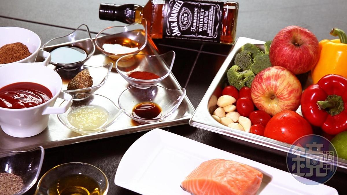 「烤紐西蘭國王鮭佐威士忌BBQ醬汁」所需的食材,色澤繽紛。