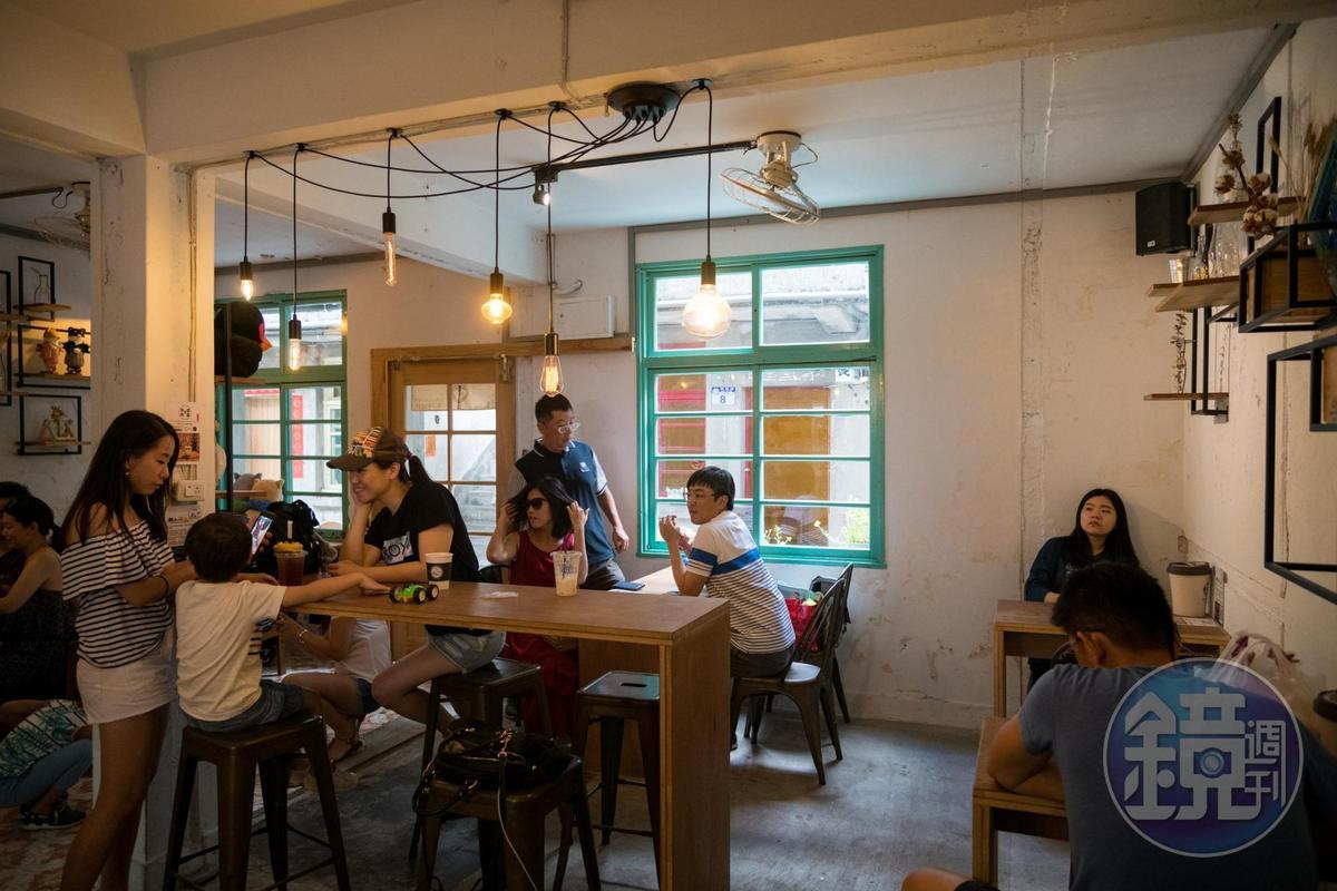 昔日宿舍客廳,如今成了溫馨的咖啡館。