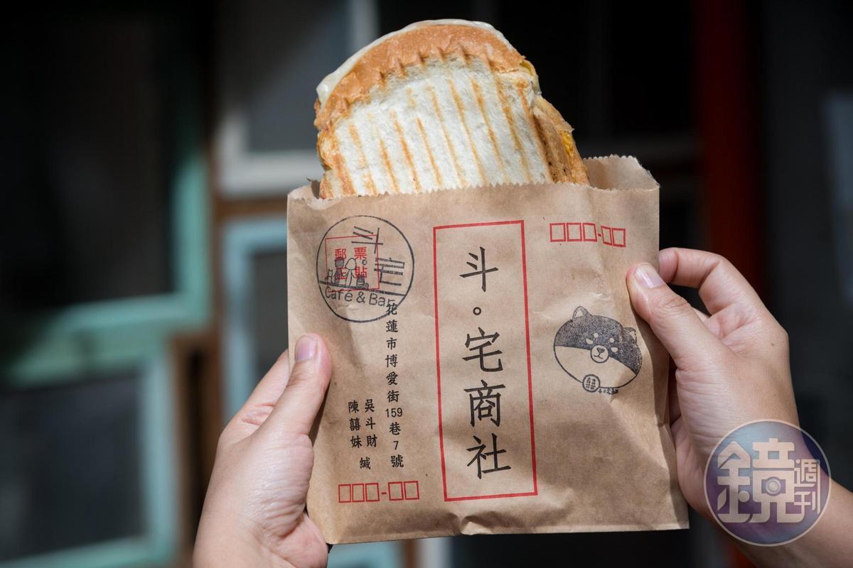 「斗。宅商社」現做夾餡吐司,特別以郵件信封做為包裝。(70~85元/份)