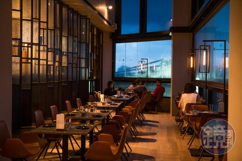「眺吧餐酒館」位在「比歐緻居」精品飯店頂樓,白天可欣賞高雄中山路綠地景觀,雨夜來訪也有朦朧之美。