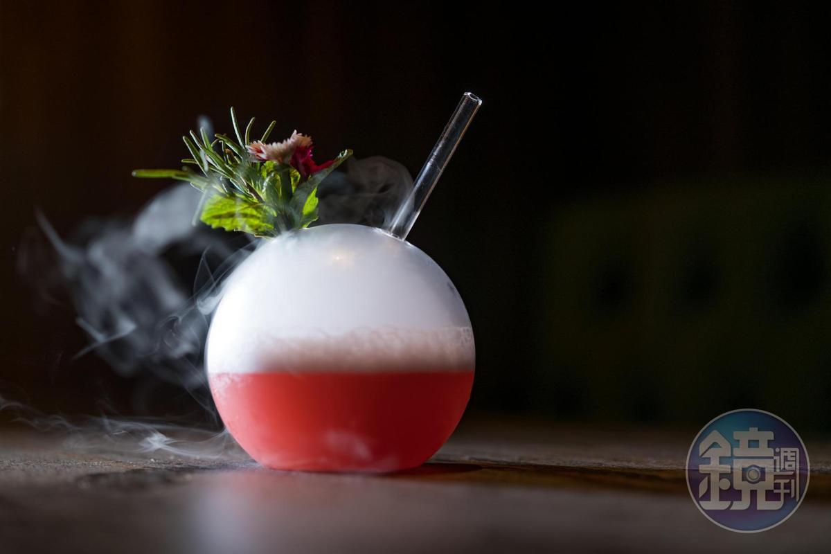 以琴酒搭配桑椹利口酒、葡萄柚汁的「秘境」,滿是莓果花香。(350元/杯)