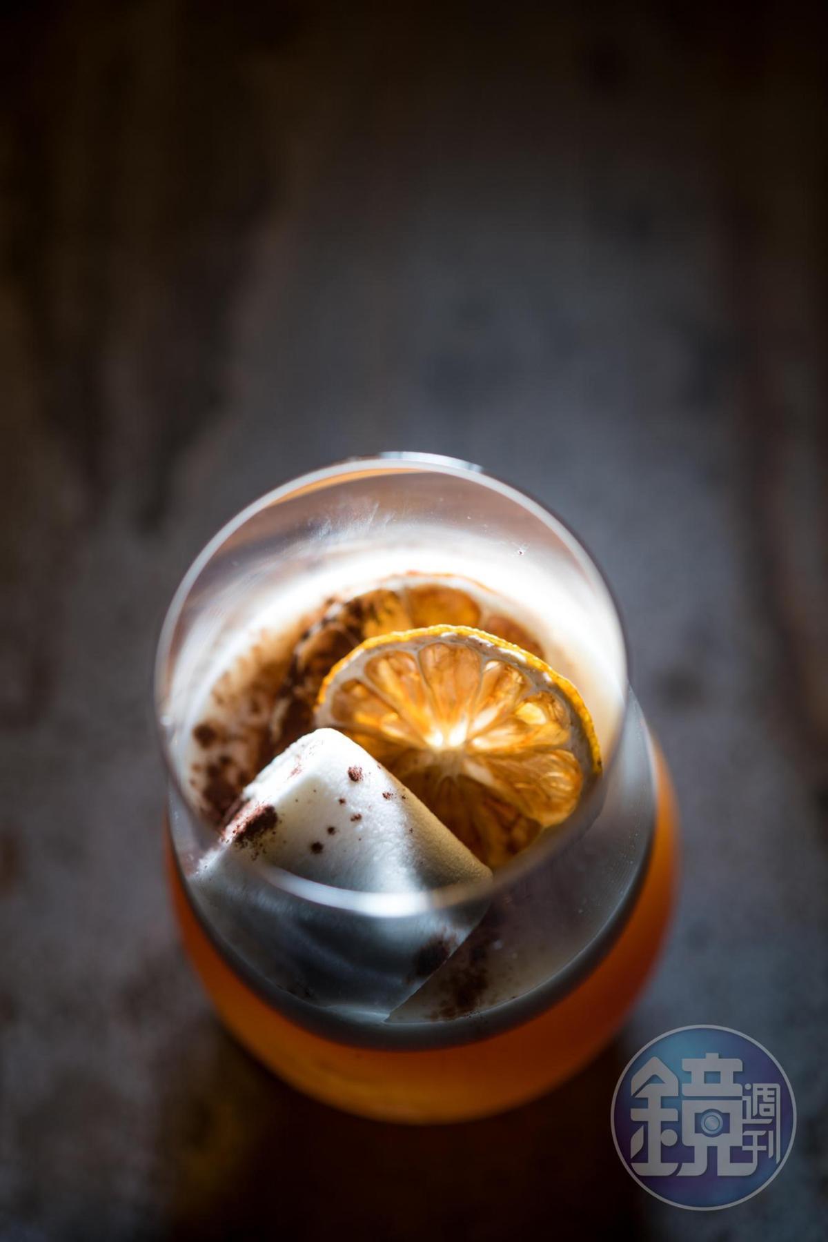 以蘭姆酒加鳯梨汁的「浪漫旅程」,帶有可可香氣。(350元/杯)