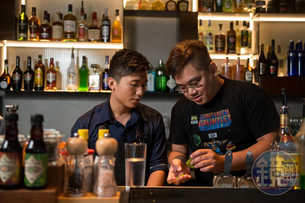 亞洲50大酒吧「TCRC」怪才調酒師黃奕翔(阿翔)(右)前來指導調酒。