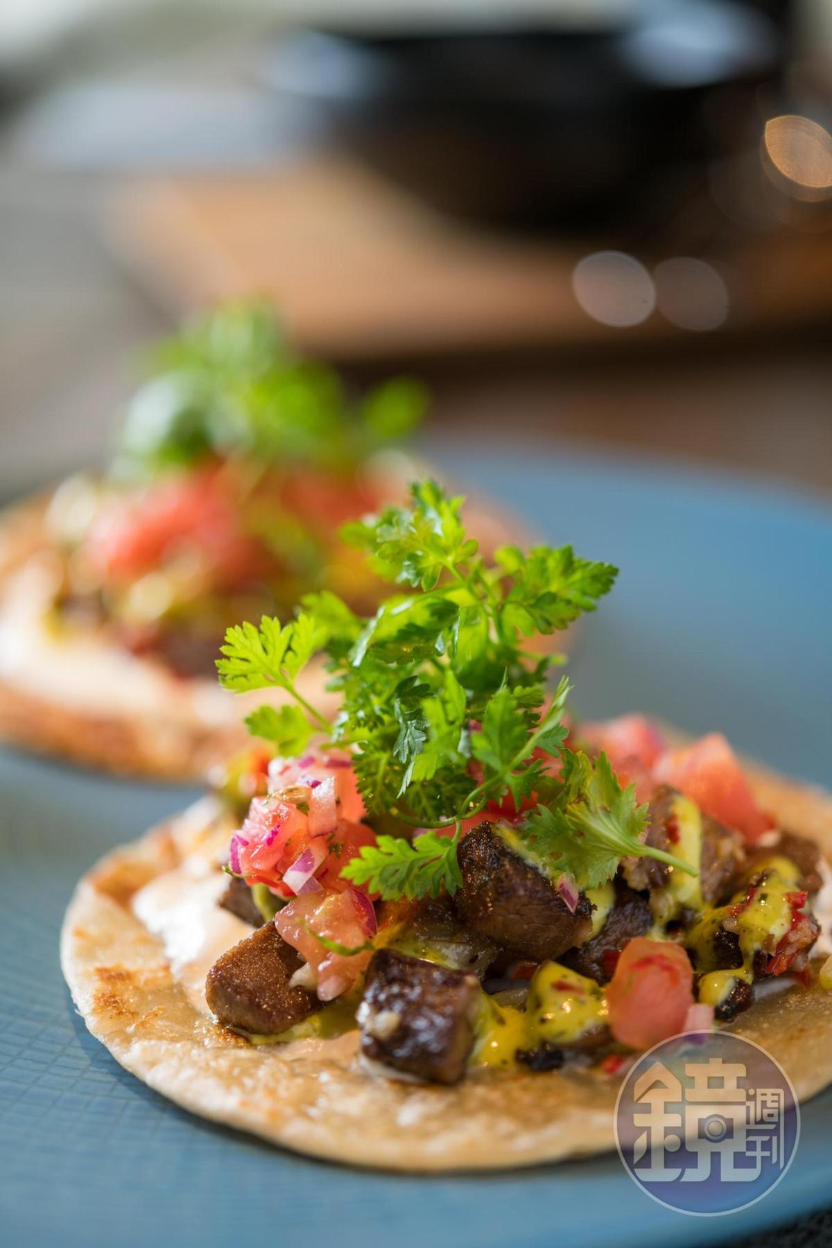 「燉牛舌 / 蔥抓餅 / 奇米秋里醬」中南美洲式的辛辣感鮮活地佔領舌面。(270元/份)