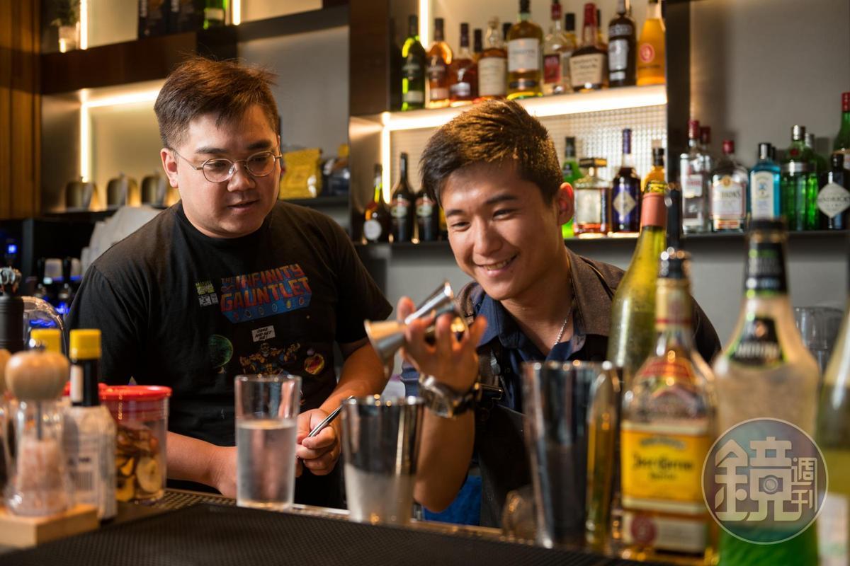亞洲50大酒吧「TCRC 前科累累俱樂部」調酒師黃奕翔(阿翔)(左)擔任調酒顧問,他和年輕調酒師Kerwin激盪靈感。