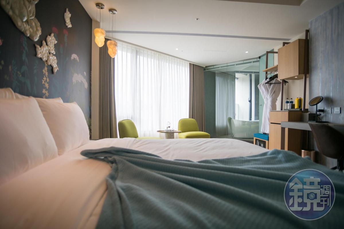 飯店景觀房型保留轉角的弧型線條,大片窗景引入明亮光線。