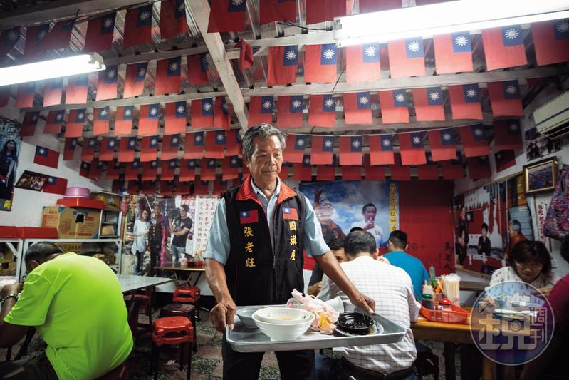 張老旺在店裡幫忙,每月領到的2萬元薪水,全部花在國旗上,坦言沒有任何娛樂。