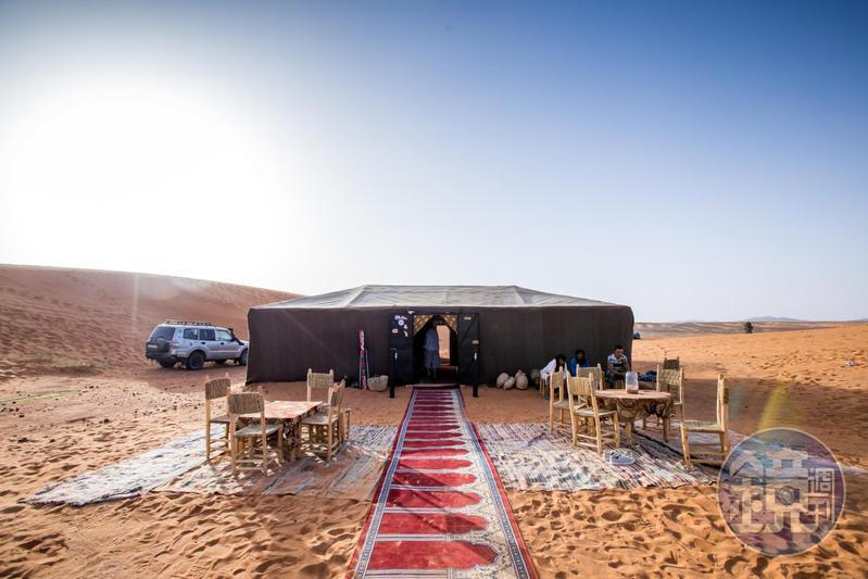 來到撒拉哈,住一晚沙漠裡的帳篷,是令人難忘的體驗。