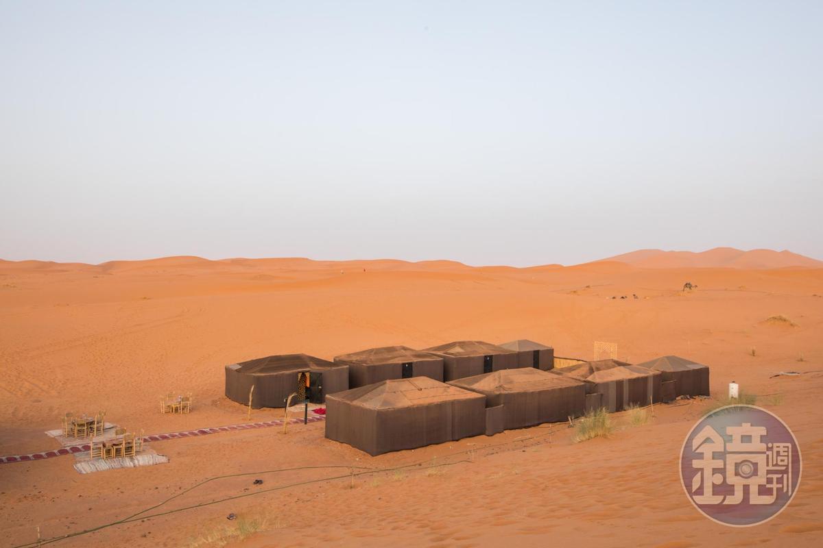 帳篷圍成四方形狀,用以抵擋狂風侵襲。