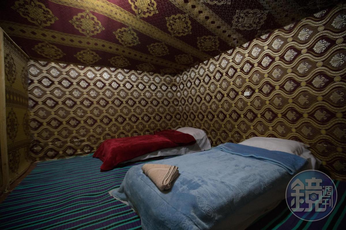 屋子裡非常簡單,但即使夏天白日氣溫高達攝氏50度,夜間氣溫卻低約20度。床上會附上毛毯。