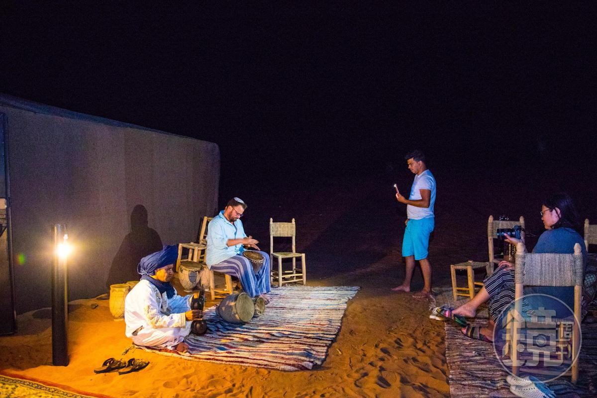 住進沙漠的這天晚上,來自美國的歌手和當地人一起演奏樂器。