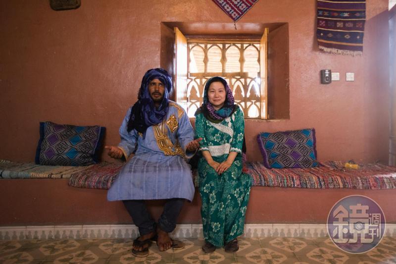 台灣女子蔡適任(右),嫁給遊牧民族貝都因先生Lahbib(左),在撒哈拉生活。